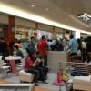 Mensen die ijs eten in een shopping mall
